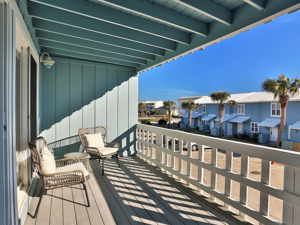 Relax on the 2nd floor balcony while enjoying the Gulf view