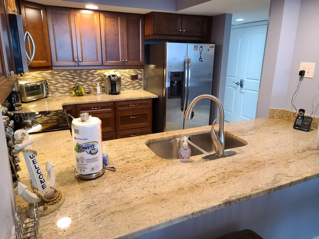 Newly Remodeled Kitchen w/ granite counter tops, new appliances. Fully furnished