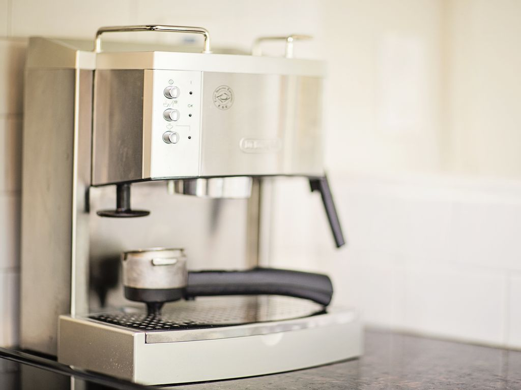 Bereiten Sie sich morgens Ihren Kaffee für einen guten Start in den Tag zu
