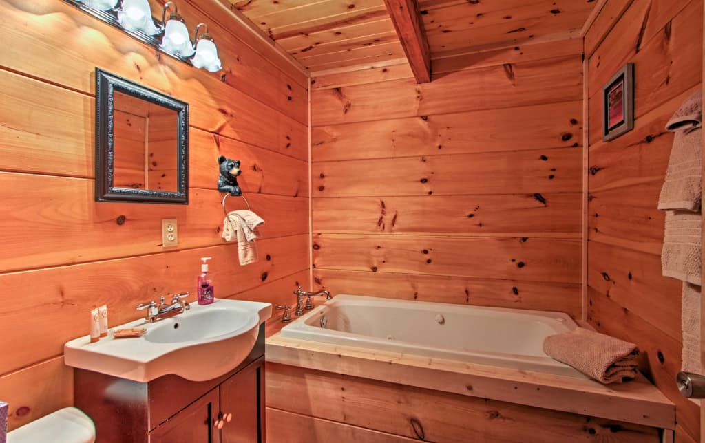 Upper level master bath with jetted tub