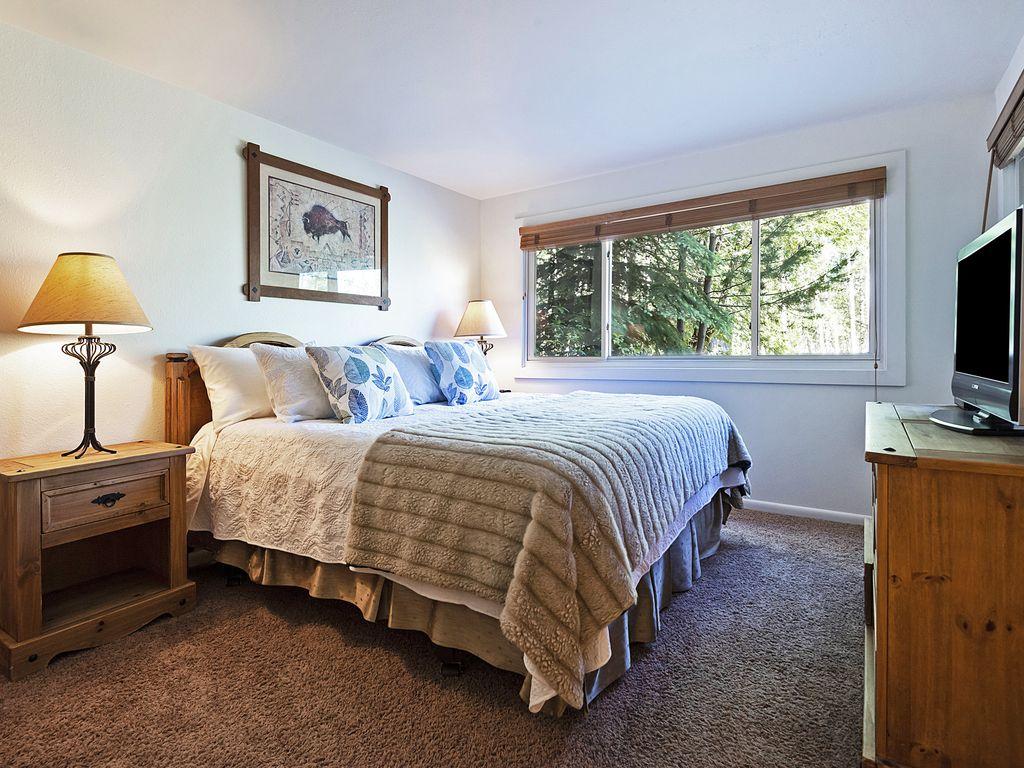 Master bedroom, king size bed, flatscreen TV, ensuite bath