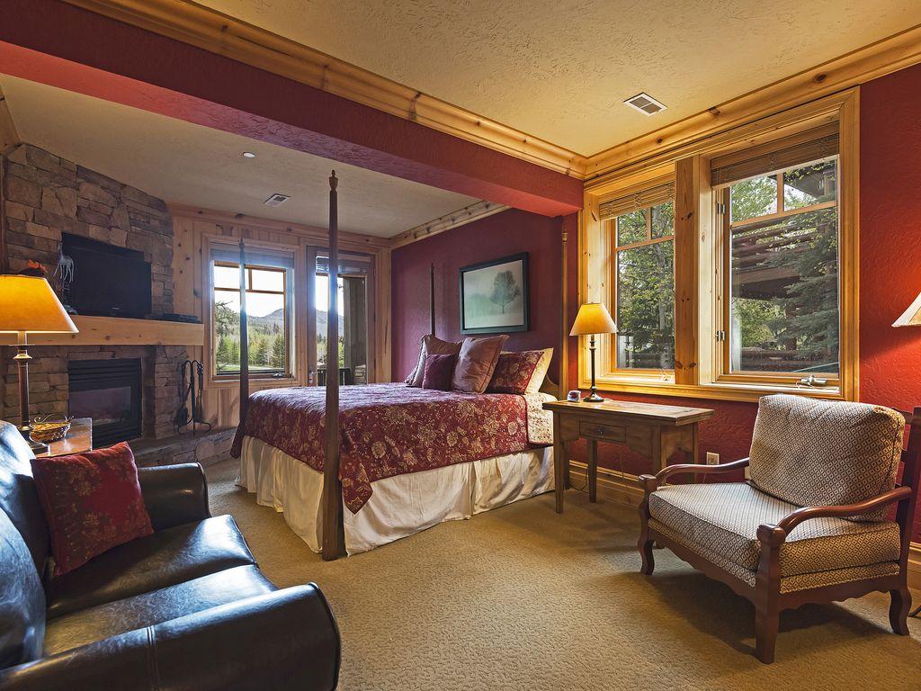 Maste bedroom - King size bed - fireplace - private deck - ensuite bath