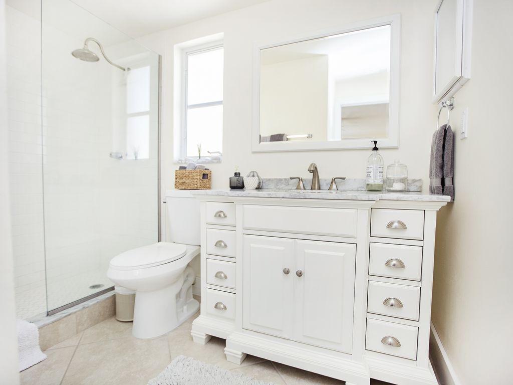 Helles Badezimmer mit begehbarer Dusche. Neu renoviert!