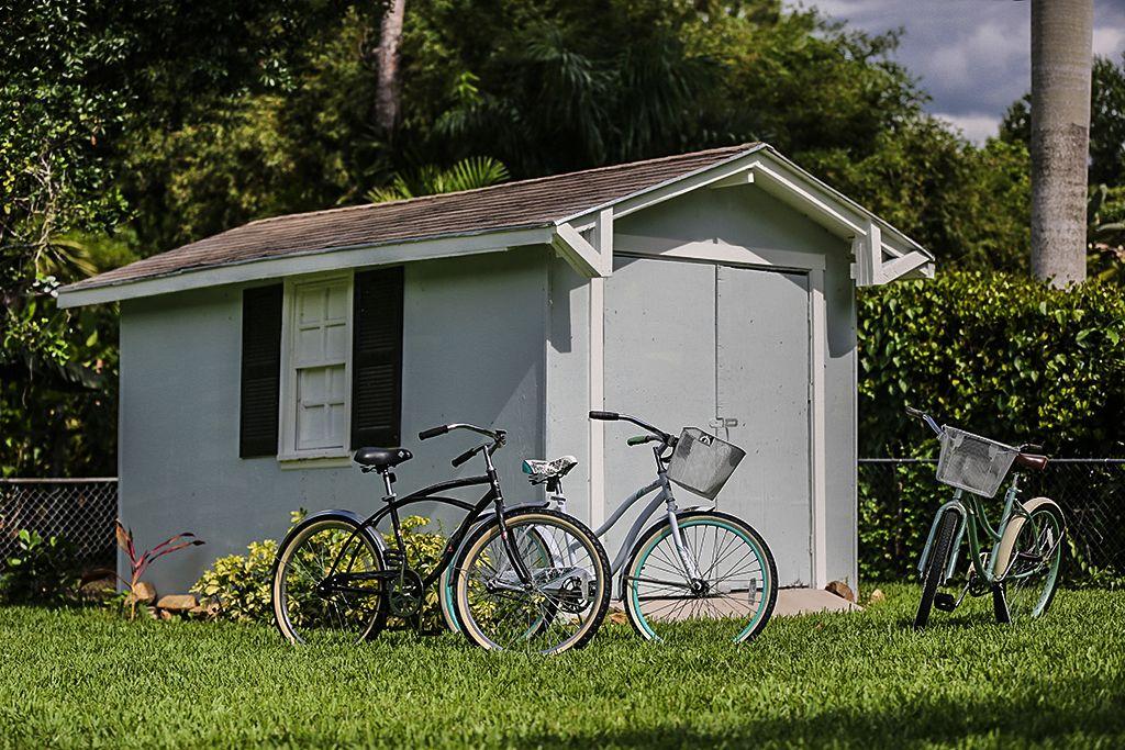 Fahrräder, Sandelsachen und ein klassischer one touch Weber Grill im Gartenhaus