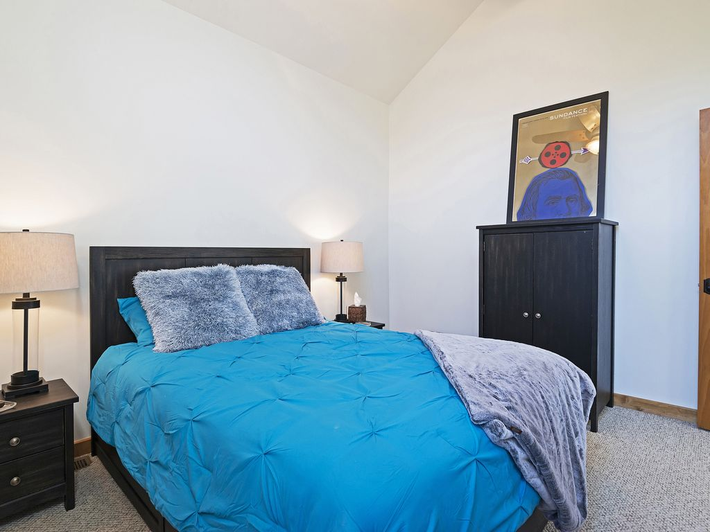 2nd bedroom - queen size bed - Smart TV
