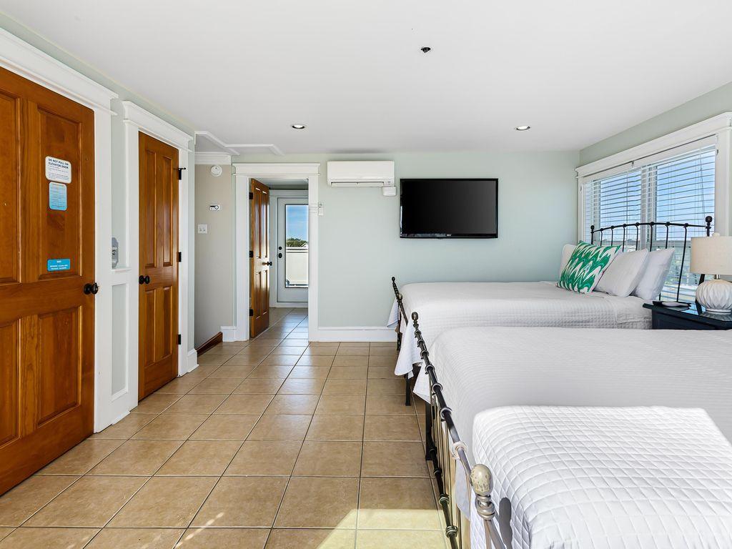 4th Floor, 2 Queen Room (shares full bath)