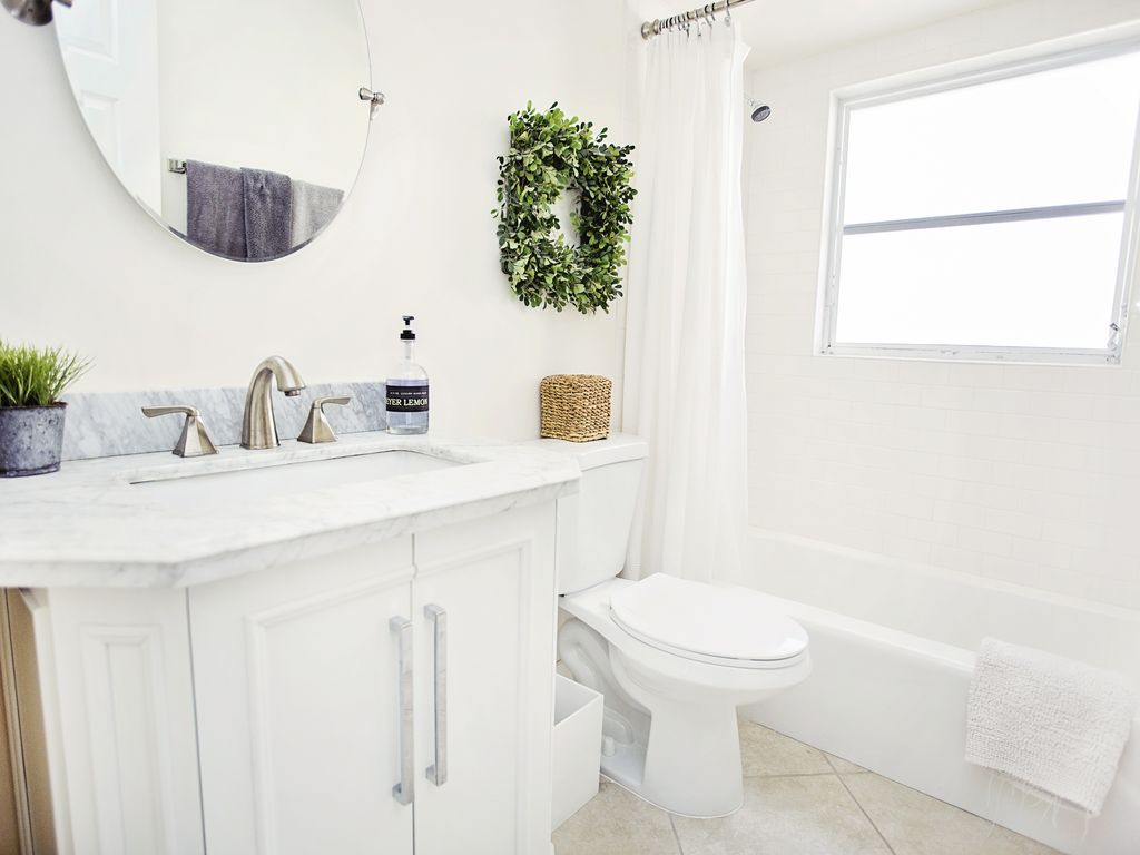Gästebad mit einer Granitplatte und einer Badewanne (neu renoviert)