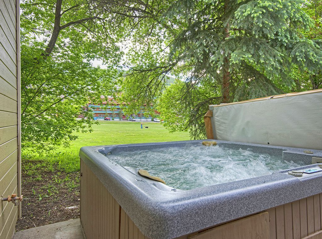 Private hot tub with views of Library park and ski runs.