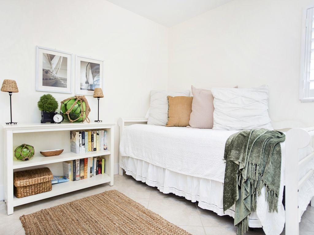 Nautisch inspiriertes Kinderzimmer mit einem Einzelbett & Krippe