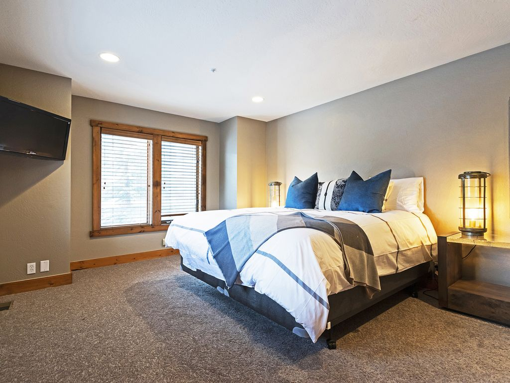 Master bedroom - king size bed, flat screen TV