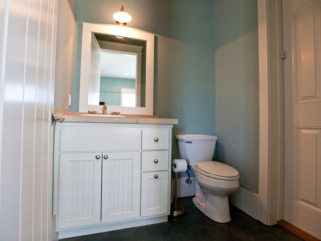 in law suite bathroom, also assessable from the pool area.