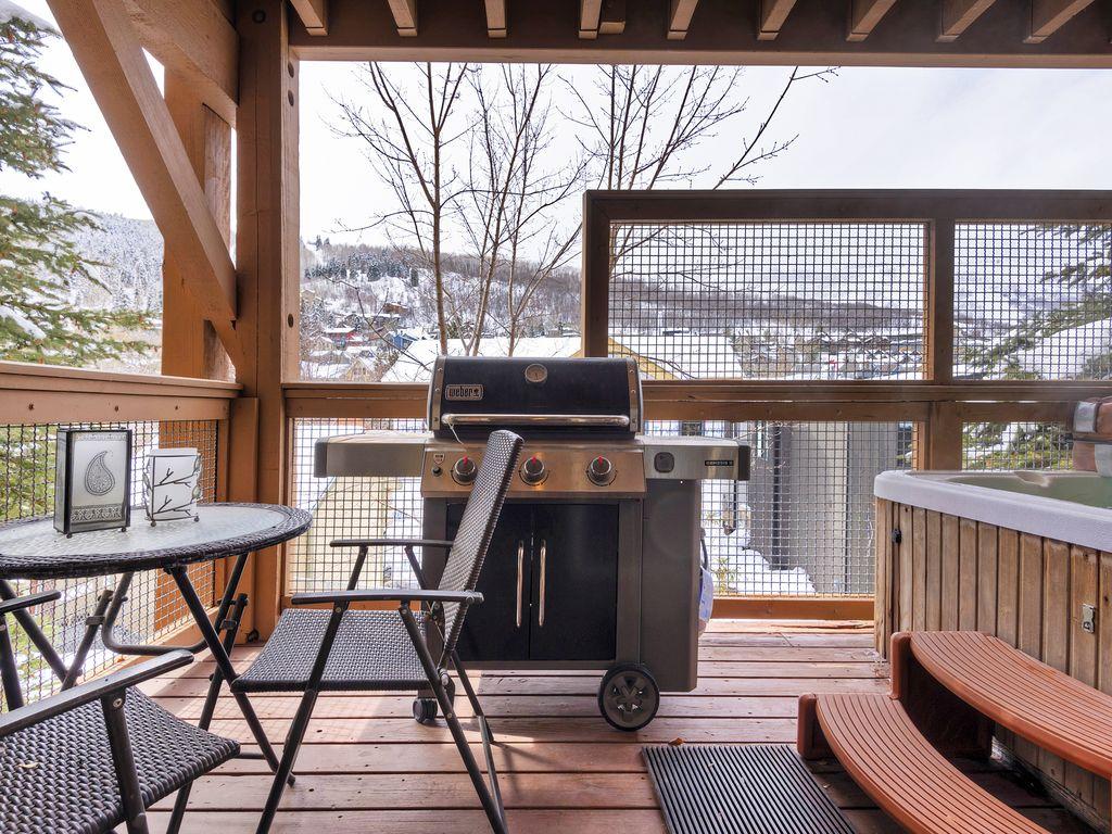 Deck area - grill - private hot-tub