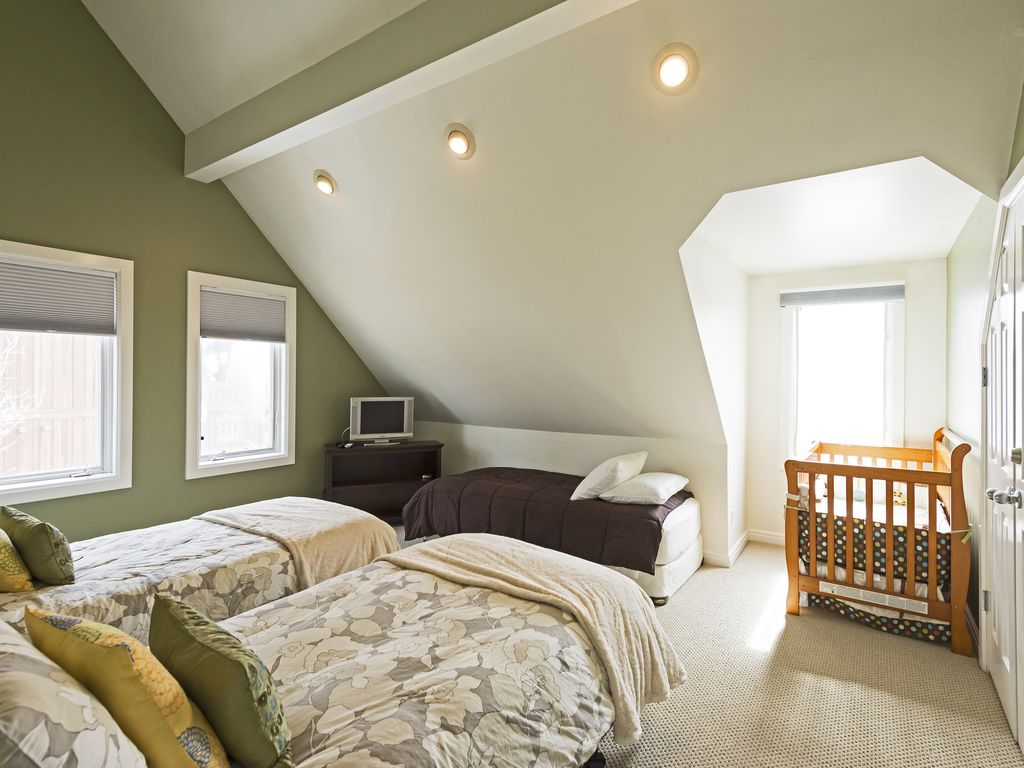 3 twin beds and crib - Upstairs bedroom