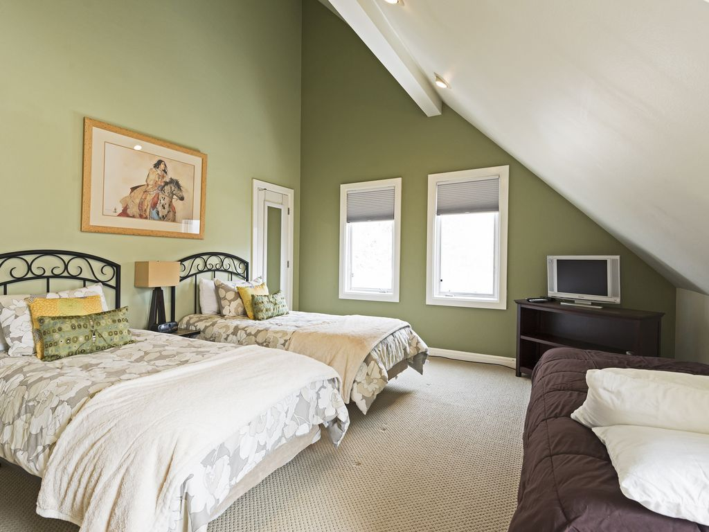 Third bedroom with three twin beds and crib