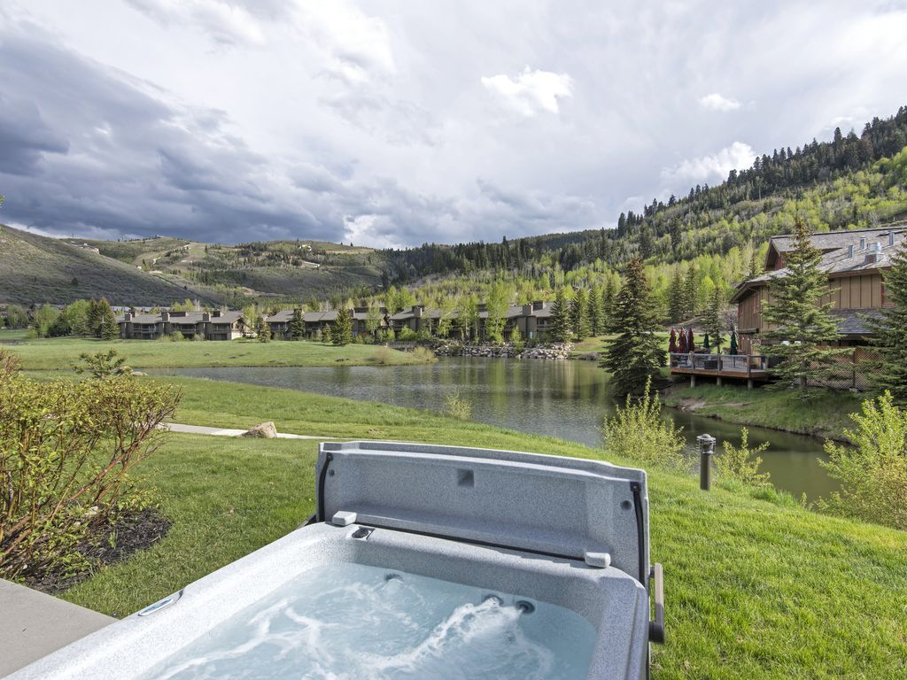 private hot tub - view of Deer Valley