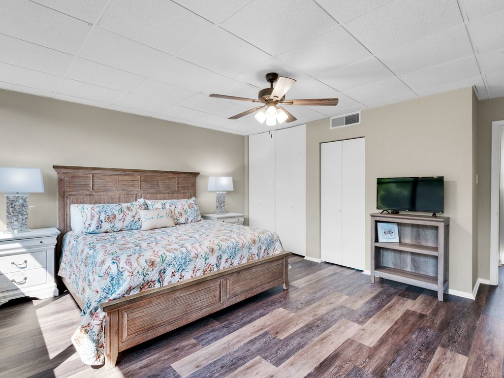 Very spacious master bedroom with king bed (on 2nd level)