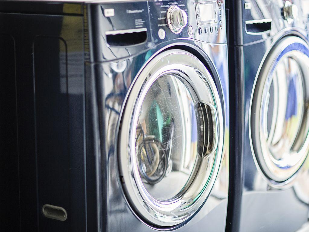 Moderne Waschmaschine und Trockner für Ihre Strandwäsche