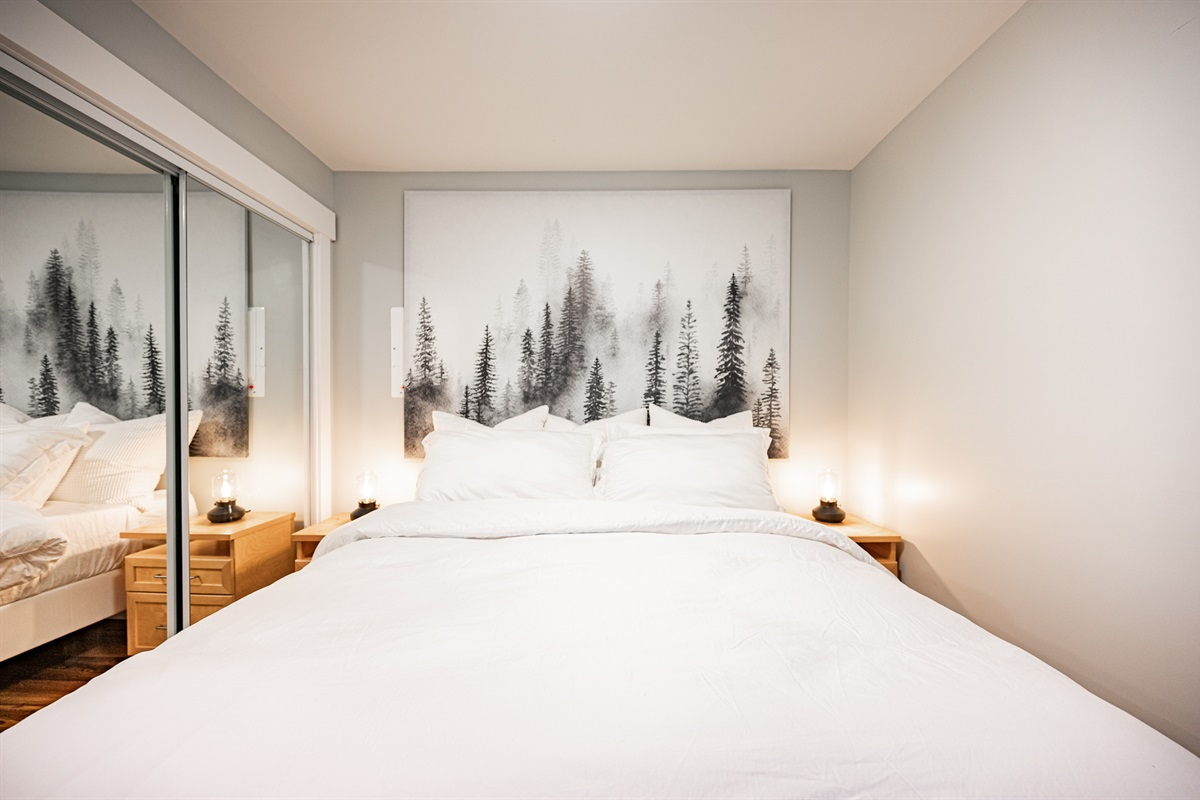 Bedroom - Queen bed, white crisp linens, fluffy pillows.