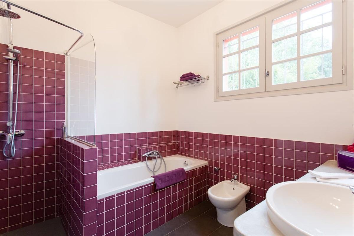 la salle de bain de la Suite 3,avec douche et baignoire