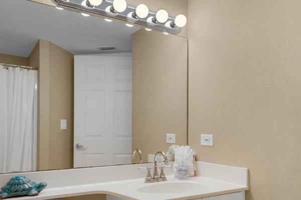 Hallway bathroom with tub/shower combination