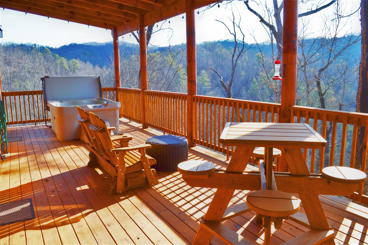 Oversize deck with amazing views!