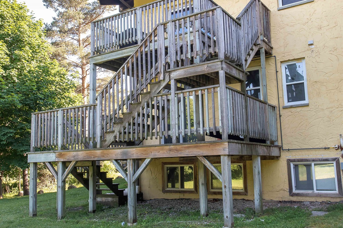 Stairs from rear blacony directly to backyard/hot-tub