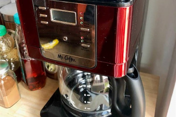 COFFEE POT   Makes up to 8 cups at a time.