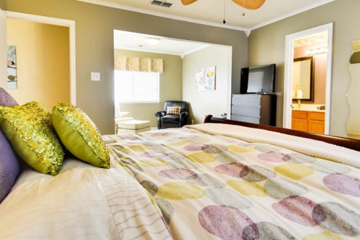 Master suite (king bed).