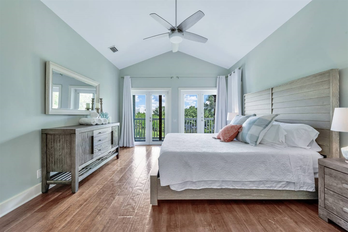 BEAUTIFUL AND SPACIOUS MASTER BEDROOM WITH KING SIZE BED. WE USE WHITE LINENS AND OUR MATTRESSES AND  PILLOWS HAVE WATER PROOF COMPLETE  ENCASEMENT  COVERS.