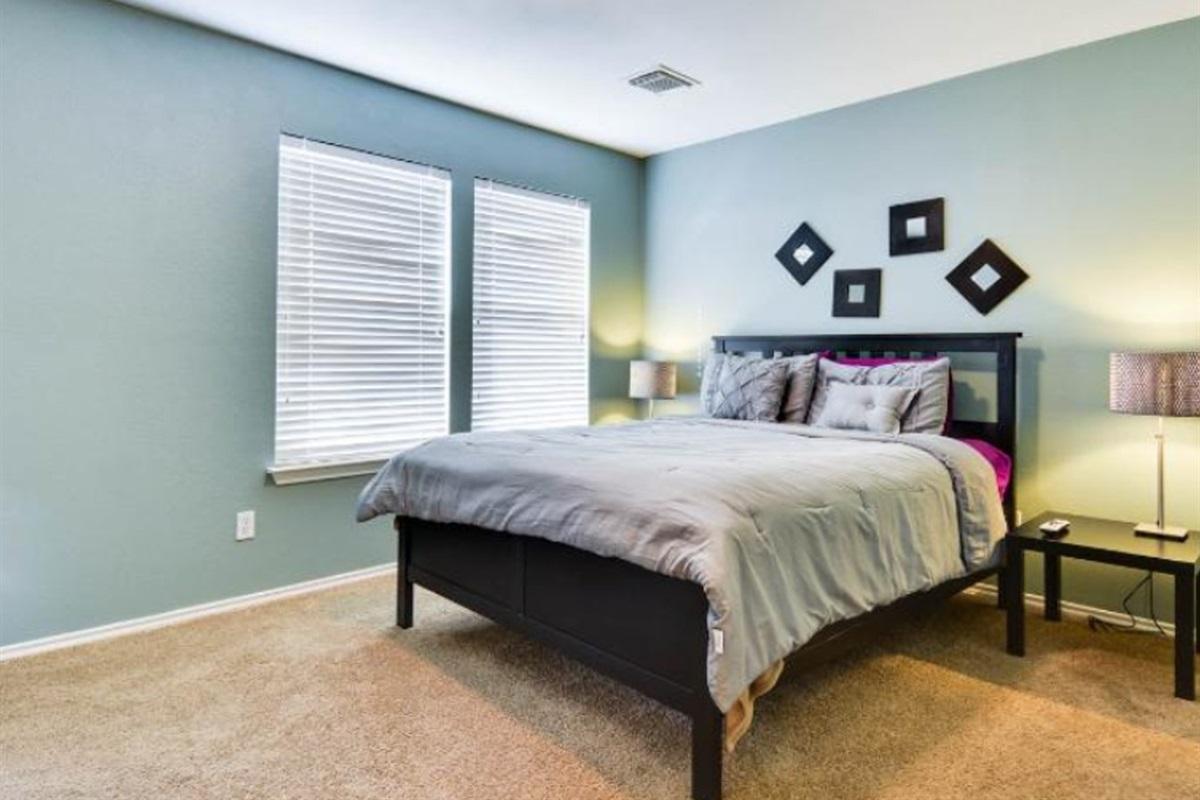 Master bedroom (queen bed).