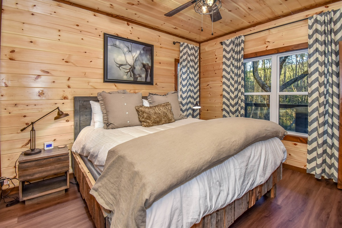 Caribou Suite Master with king bed and en-suite bath.