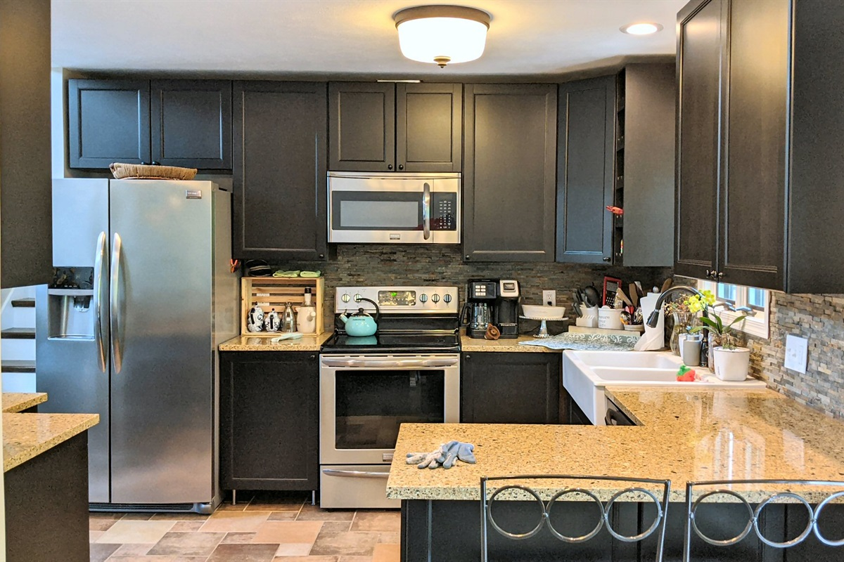 Large modern kitchen with full appliances (including dishwasher)