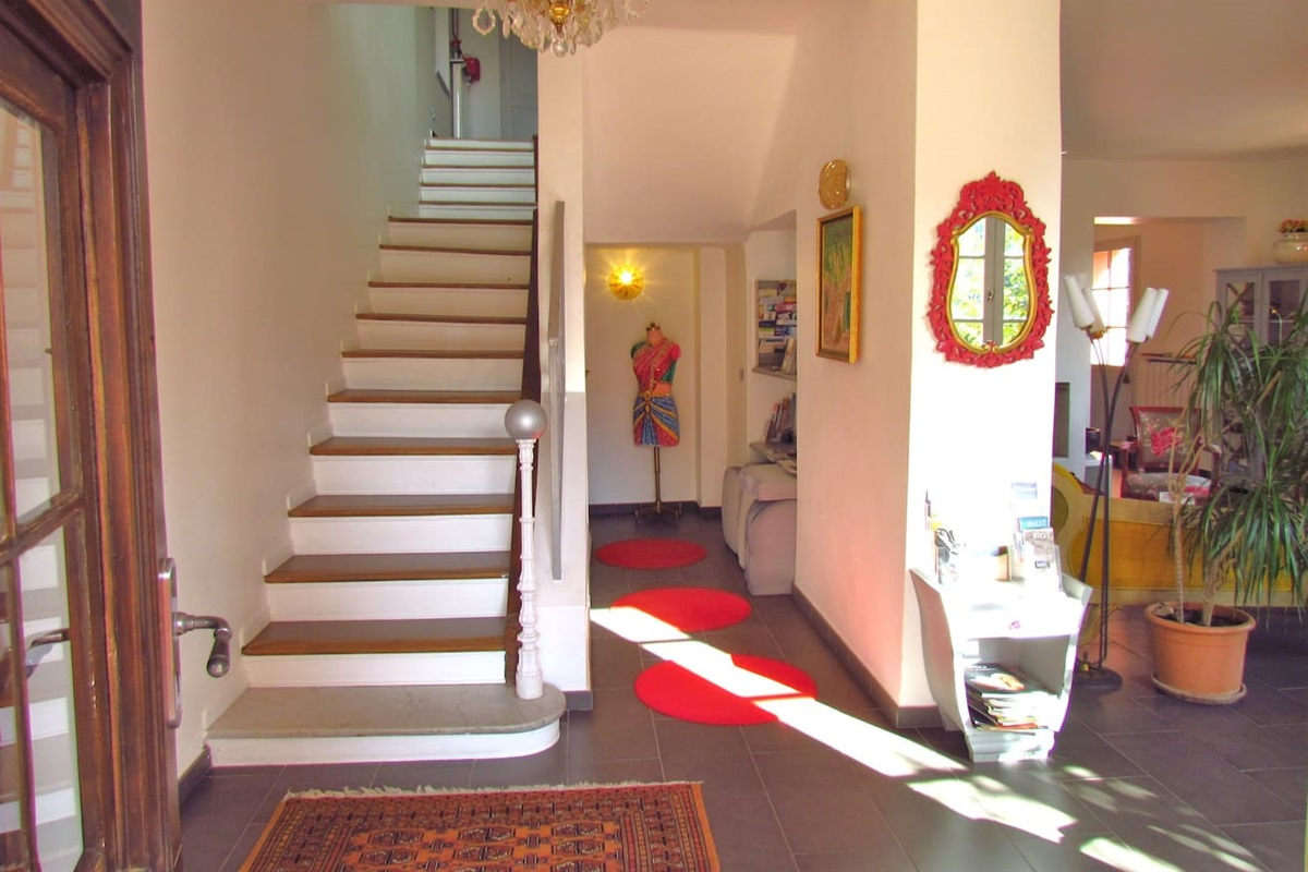 L'escalier qui monte aux 5 chambres