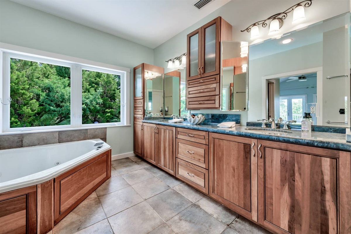 MASTER BATH WITH JET JACUZZI TUB THAT OVERLOOKS THE POOL AREA. ALSO HAS DOUBLE MIRROR AND SINK AREA WITH PLENTY OF LIGHTING, SEPARATE SHOWER AND TOILET SPACE.