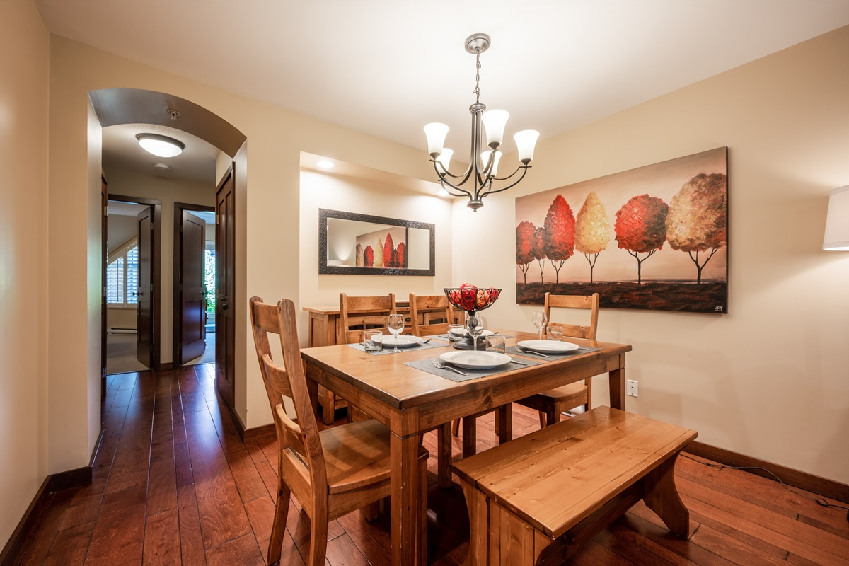 Dining Room - Seating for 6-7 guests, the ideal spot to enjoy breakfast before the day's adventures or a home-cooked dinner.