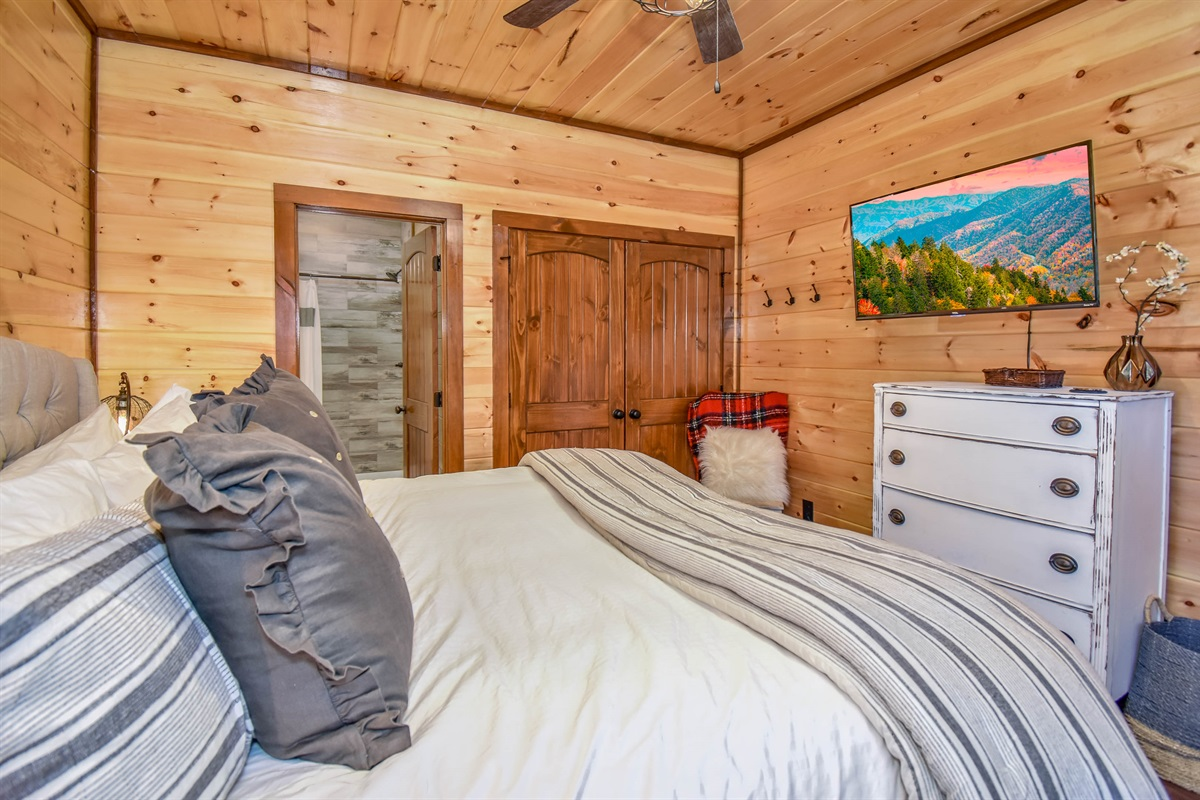 Moose Den Suite with King Bed and En-suite bath.