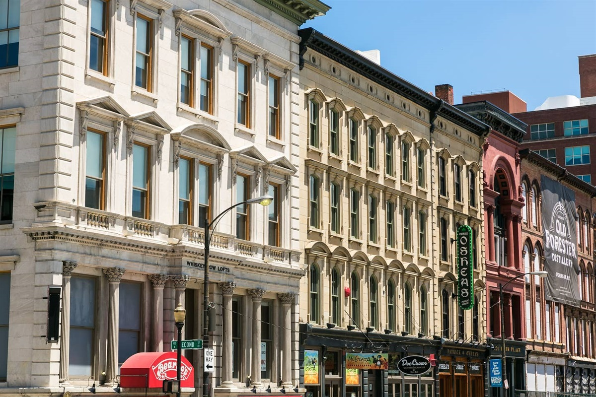 Centrally located next to delectable dining, performing arts, Waterfront Park, Louisville Slugger Field, or the KFC Yum Center, there is truly no end to the pleasures and conveniences that this apartment and Downtown Louisville have to offer!