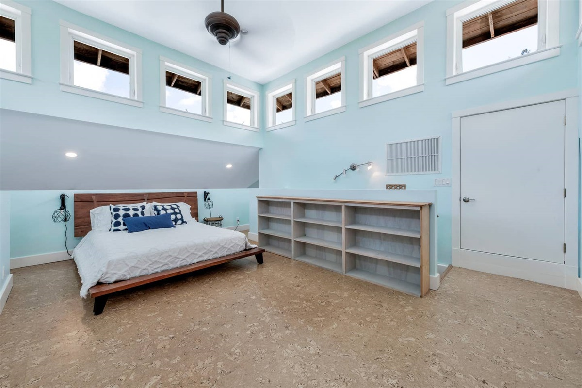 DREAMY LOFT. WAKE UP TO NATURAL SUNLIGHT AS YOU'RE SURROUNDED BY WINDOWS  AND OPEN SPACE. WE USE WHITE LINENS AND OUR MATTRESSES AND  PILLOWS HAVE WATER PROOF COMPLETE  ENCASEMENT  COVERS.