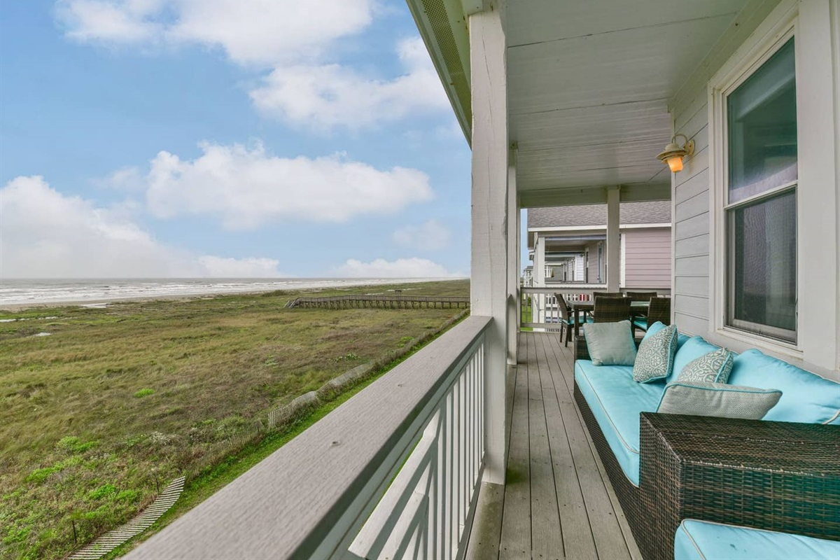 Main Balcony Expands Entire Beachside of Seahorsing Around