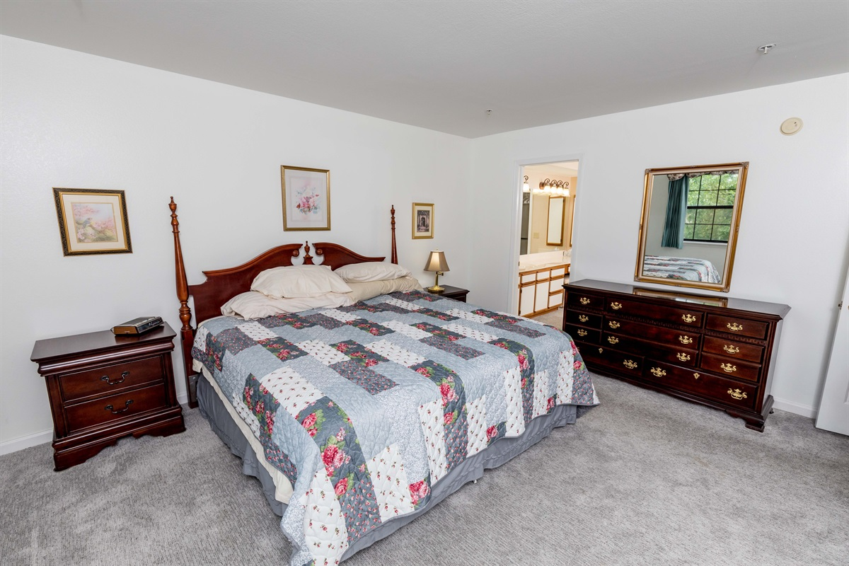 Rest dreamily on the comfortable king bed in the master suite!