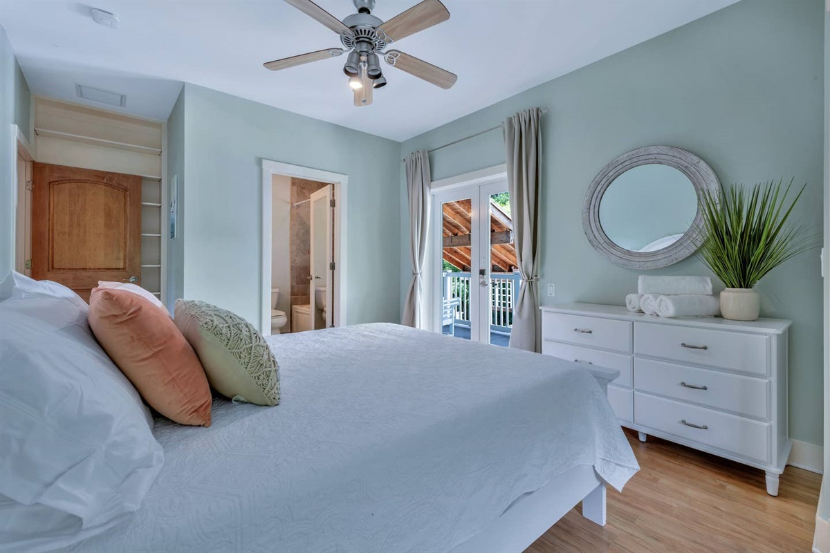 GUEST BEDROOM WITH JACUZZI JET TUB, QUEEN BED PLUS A FULL SOFA BED THAT  CAN BE ACCESSED FROM THE OUTSIDE OR INSIDE THE HOUSE FOR YOUR CONVENIENCE. WE USE WHITE LINENS AND OUR MATTRESSES AND  PILLOWS HAVE WATER PROOF COMPLETE  ENCASEMENT  COVERS.