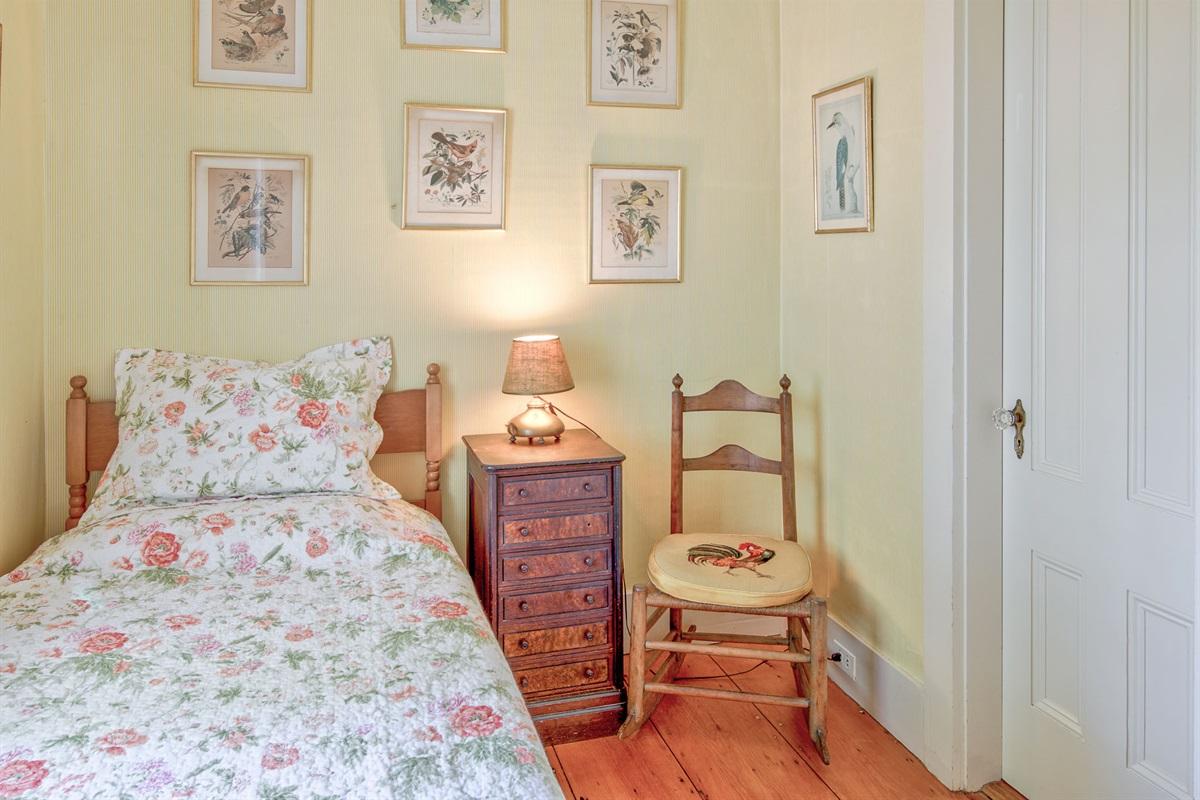 Sewing Room with twin bed overlooking garden - Bedroom 5