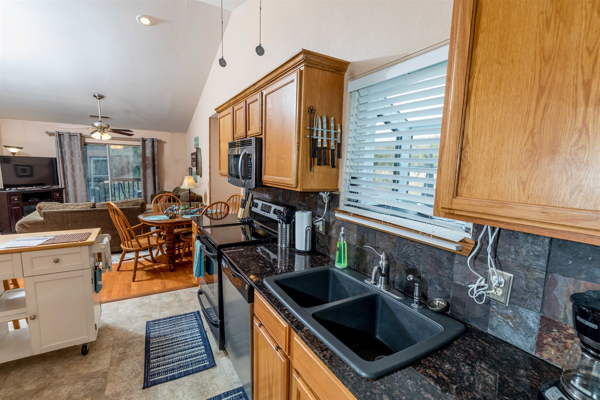 The open kitchen with island is easy to move around!