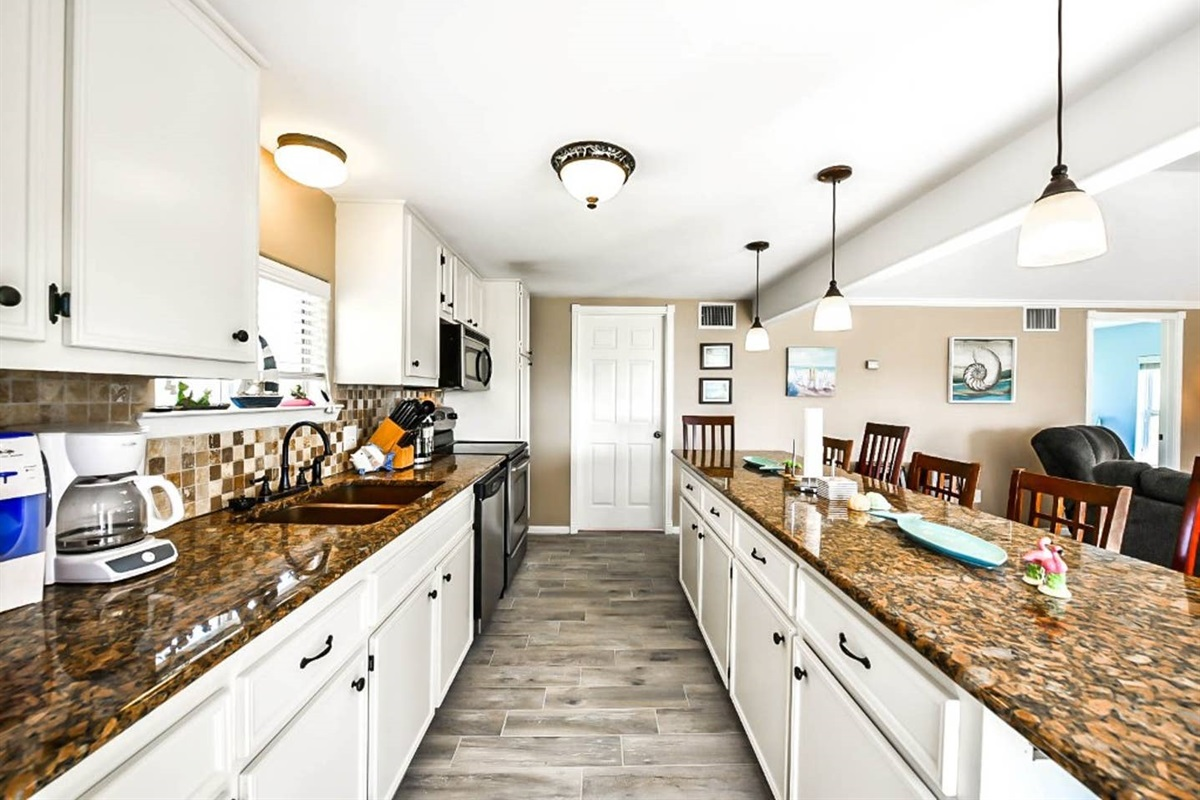 Kitchen with Large Bar, Updated Appliances & Granite Countertops