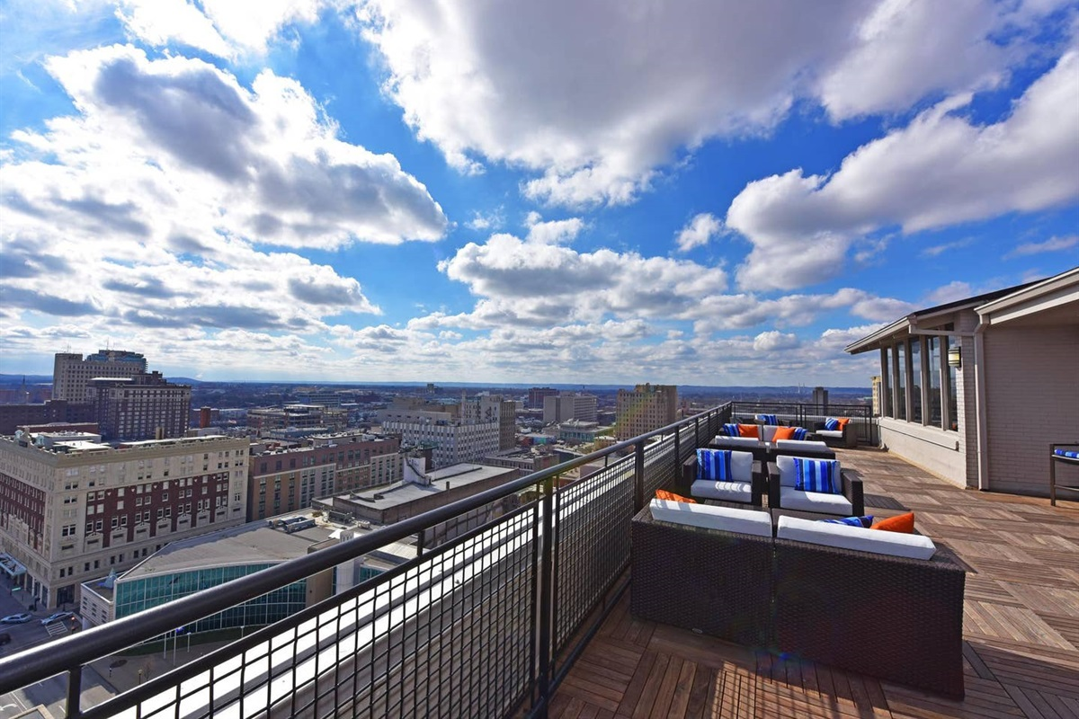 24/7 Rooftop Lounge located on floor 17