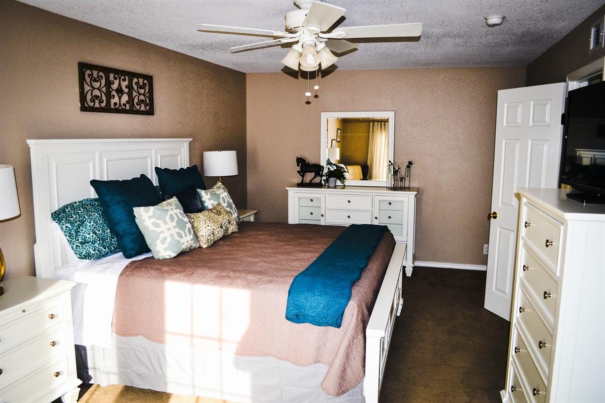 Master bedroom (king-size bed).