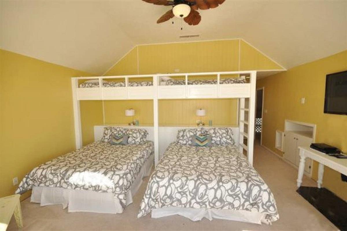 First Bunk Bedrooms - 2 Pyramid Bunks