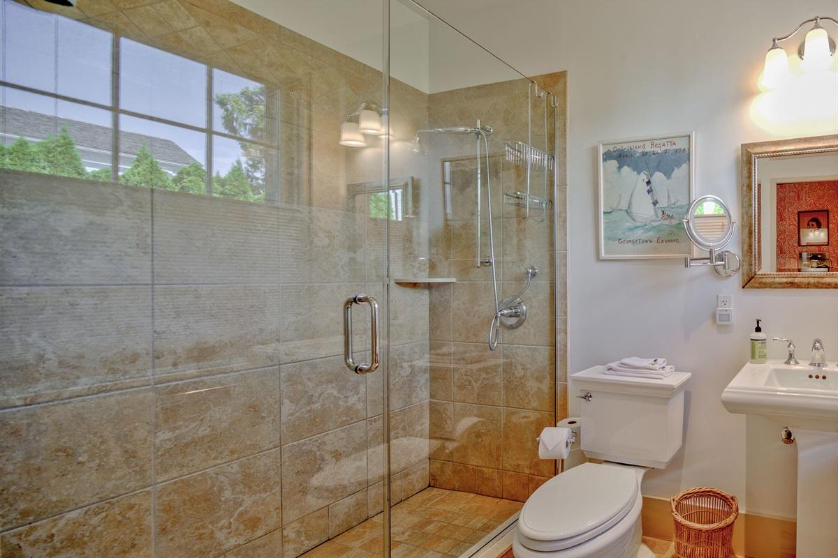 Bathroom en-suite with bedroom 12