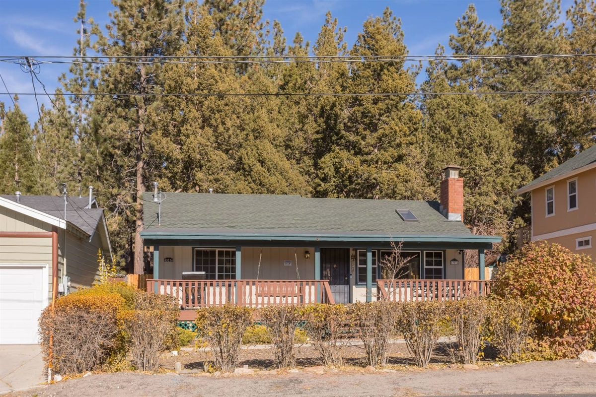 This charming cabin in Moonridge has 1 level, 2 bedrooms, 2 patios, 2 full bathrooms, and is located directly across the street from the Bear Mountain Golf Course's 4th hole (on the sunny side of the golf course!).