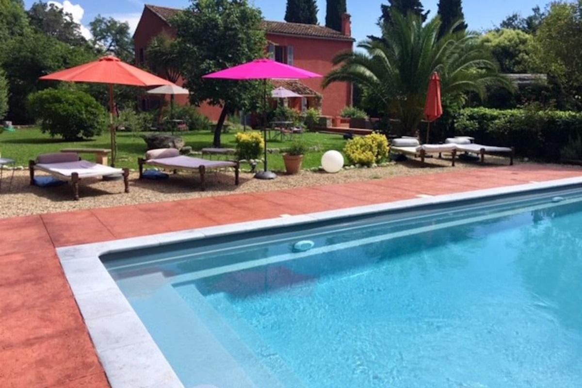 vue du jardin et de la piscine de la Villa Chandra à Biot,près d'Antibes,Cote d'Azur